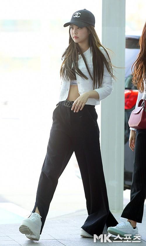BLACKPINK gây náo loạn sân bay: Jennie và Lisa như đi catwalk, Jisoo lại chiếm trọn spotlight vì đẹp xuất thần - Ảnh 3.