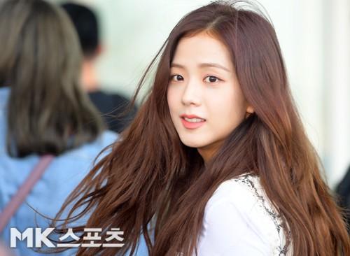BLACKPINK gây náo loạn sân bay: Jennie và Lisa như đi catwalk, Jisoo lại chiếm trọn spotlight vì đẹp xuất thần - Ảnh 8.