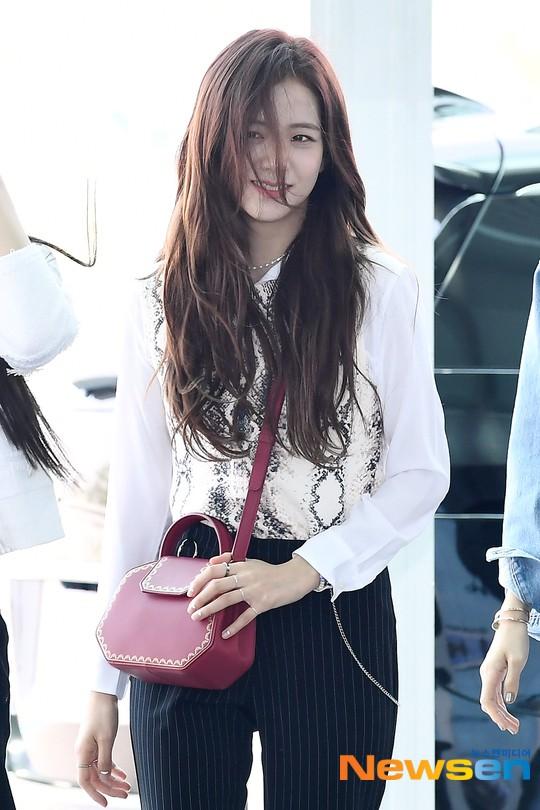 BLACKPINK gây náo loạn sân bay: Jennie và Lisa như đi catwalk, Jisoo lại chiếm trọn spotlight vì đẹp xuất thần - Ảnh 5.