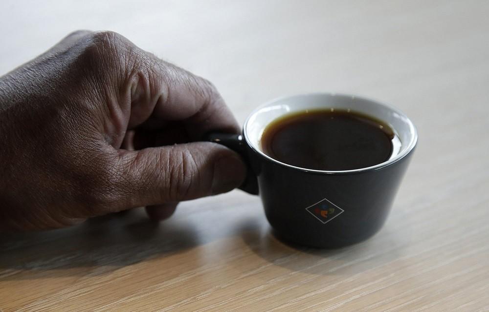 Soi tách cà phê đắt nhất thế giới giá 1,7 triệu đồng - Ảnh 1.