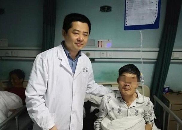 Người đàn ông uống rượu đến nôn cả khối u trong họng, vội nuốt lại rồi mới đến bệnh viện cấp cứu - Ảnh 1.