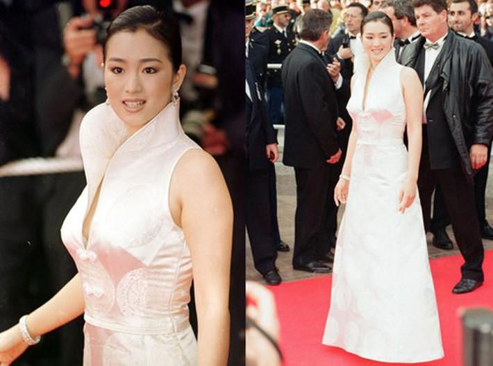 Năm 1997, trong vai trò làm Ban giám khảo của Liên hoan phim Cannes, Củng Lợi chọn bộ xường xám cách điệu với gam màu trắng.