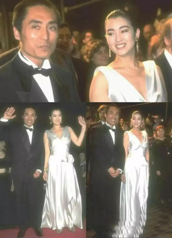 Không chọn sườn xám như mọi lần, Củng Lợi tỏa sáng với thiết kế đầm dạ hội ánh bạc. Đây chính là một trong những bộ đầm đẹp nhất thảm đỏ LHP Cannes 1995.