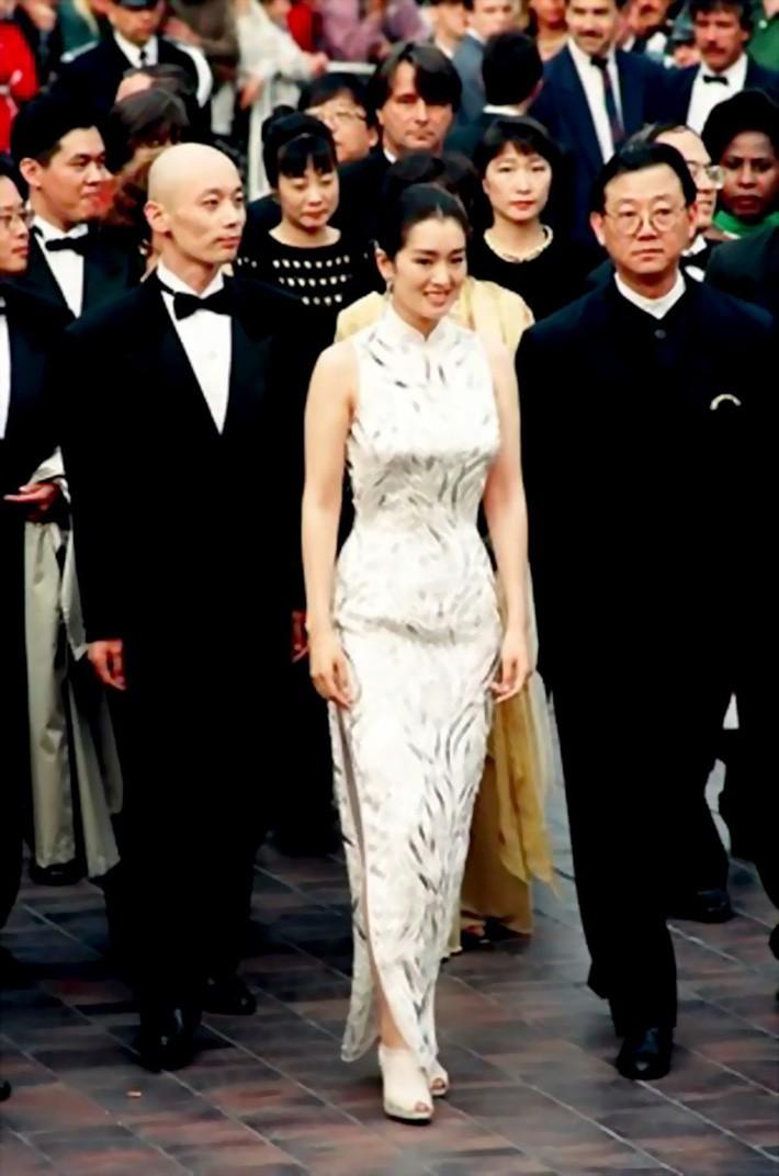 Thập niên 1990, Củng Lợi liên tục giới thiệu tác phẩm cô đóng chính tại liên hoan phim. Cô chủ yếu chọn trang phục nền nã, kín đáo. Thiết kế gắn liền với hình ảnh của chị đại ngày ấy là sườn xám xẻ cao ôm sát khéo phô diễn thân hình với những đường cong hoàn hảo. Củng Lợi nhẹ nhàng thanh tao trong bộ sườn xám trắng điểm xuyết họa tiết đúng chuẩn phụ nữ Trung Hoa thời xưa.