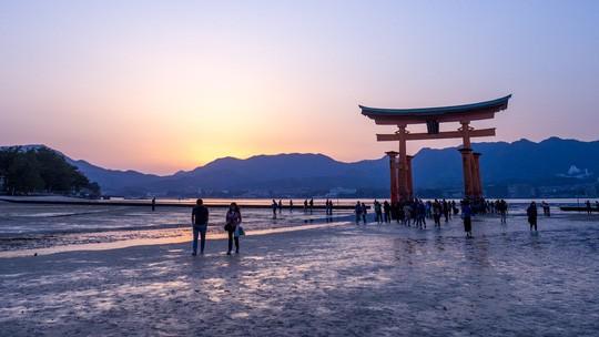 Cơn mưa thủy tinh đổ xuống bãi biển Hiroshima - Ảnh 4.