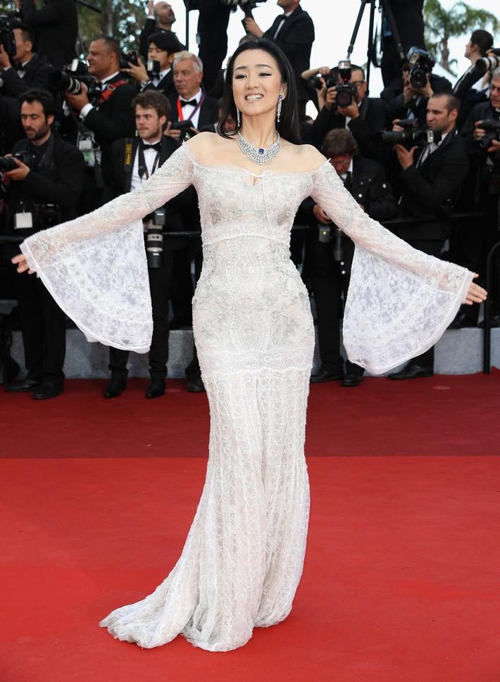 Củng Lợi khoe vóc dáng thon gọn, cô chọn váy ren mỏng manh của Roberto Cavalli khoe bờ vai mềm mại khi đã ngoài 50 trên thảm đỏ LHP Cannes 2016. Cô nâng tầm đẳng cấp với trang sức đắt giá khi xuất hiện. Chẳng cần đến các pha tạo dáng hay làm lố lăn lộn trên thảm đỏ, đại mỹ nhân chỉ đơn thuần giang tay là đã khoe trọn nét hấp dẫn, của bộ đầm cũng như tôn được nhan sắc mỹ miều đầy quyền lực của mình.
