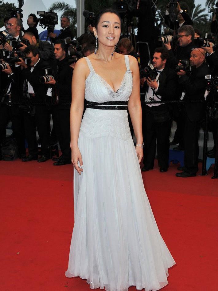 Năm 2012, Củng Lợi nhẹ nhàng bay bổng trong một thiết kế đầm xanh mỏng manh của Dior.
