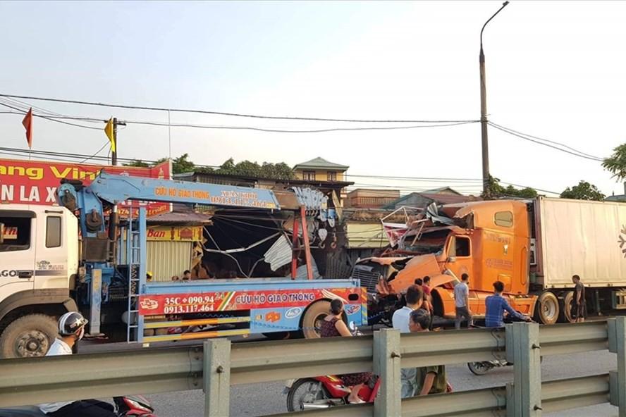 Nam Định: Xe container mất lái tông vào 4 nhà dân - Ảnh 1.