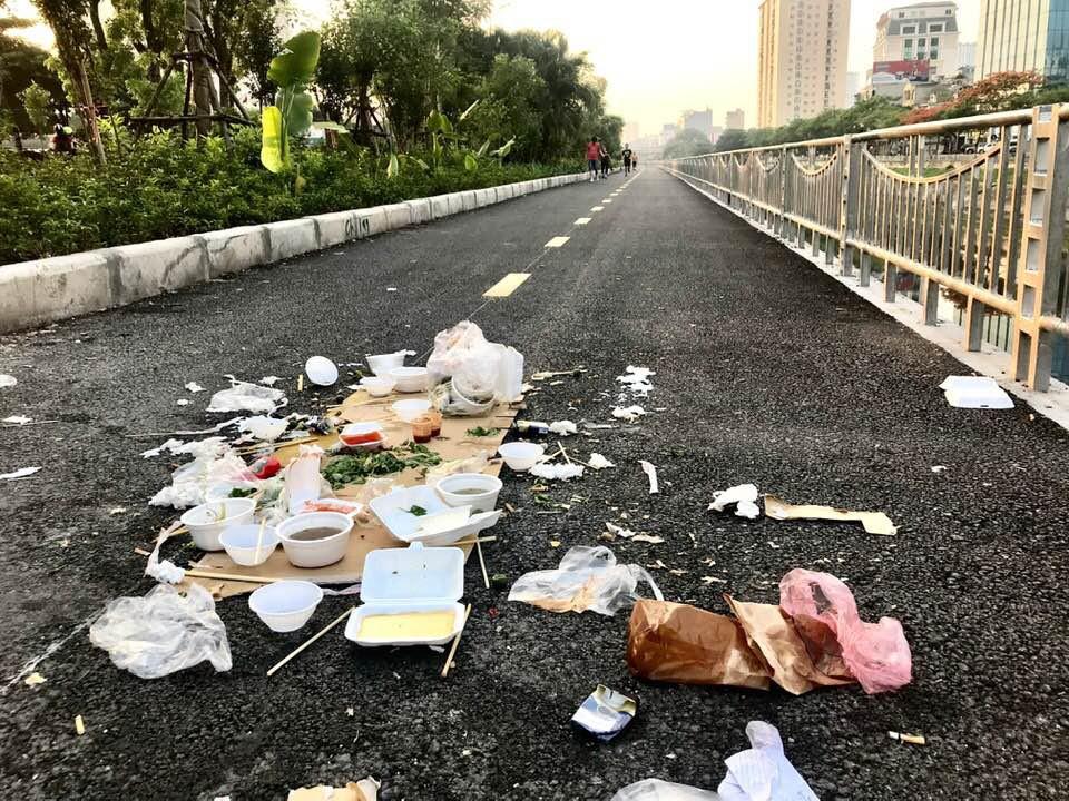 Đống bát đũa xốp, túi nilon cùng đồ ăn thừa bị bỏ lại trên đường đi bộ ven bờ sông Tô Lịch khiến nhiều người phẫn nộ - Ảnh 1.