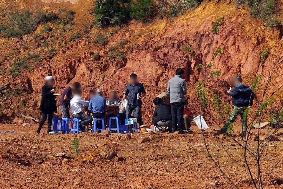 Bãi chiến trường tại khu đất trống Đà Lạt sau cuộc nhậu của nhóm người đi ô tô khiến dân tình lắc đầu ngán ngẩm - Ảnh 2.