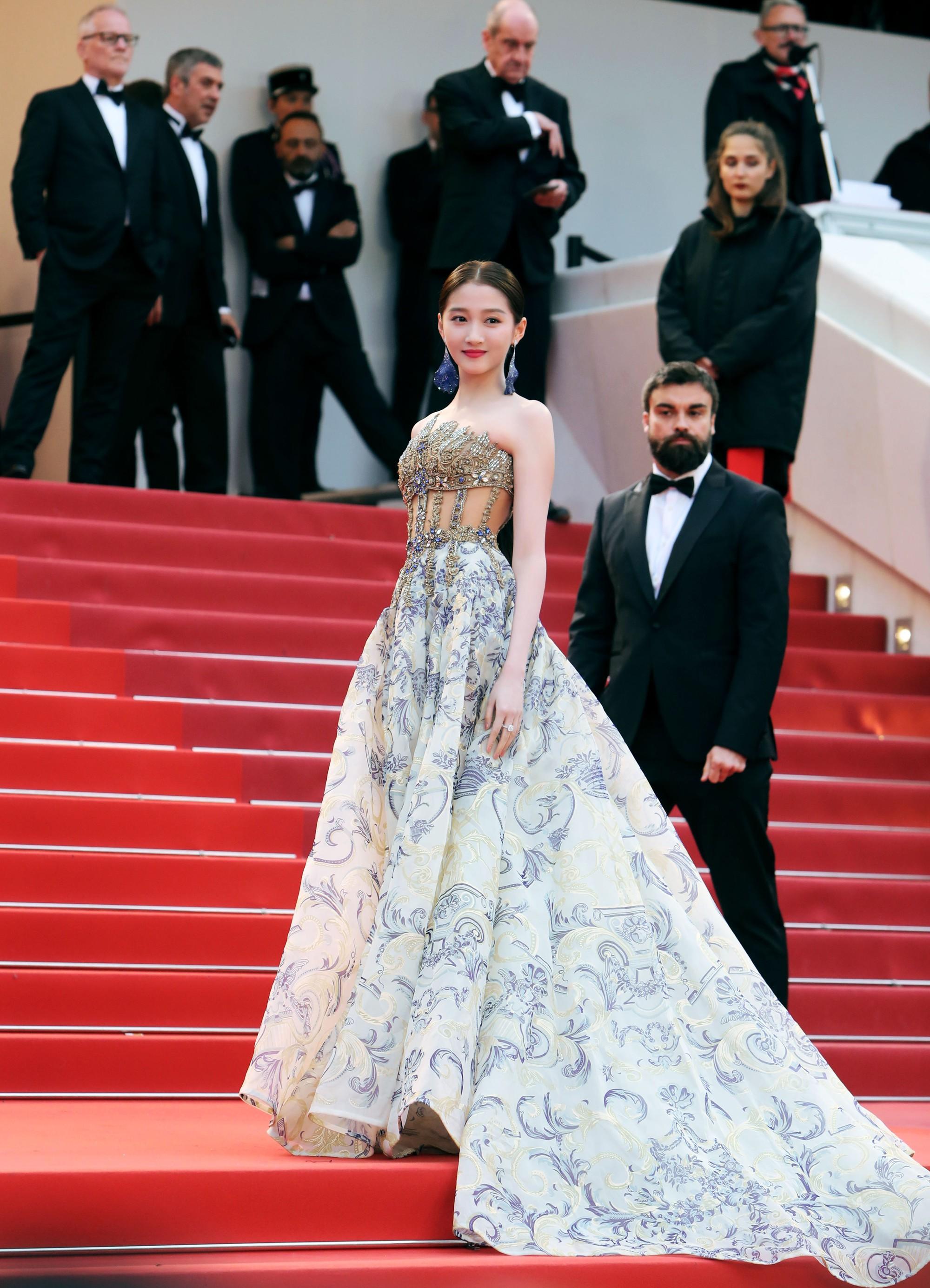 Không có Phạm Băng Băng, đây là nữ thần Trung Quốc đẹp nao lòng, gây bão với truyền thông quốc tế tại Cannes - Ảnh 2.