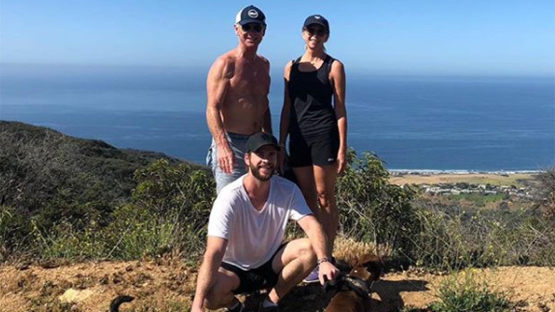 Trong bức hình chụp cùng cậu con út Liam, Craig Hemsworth còn khoe trọn cơ bắp cuồn cuộn