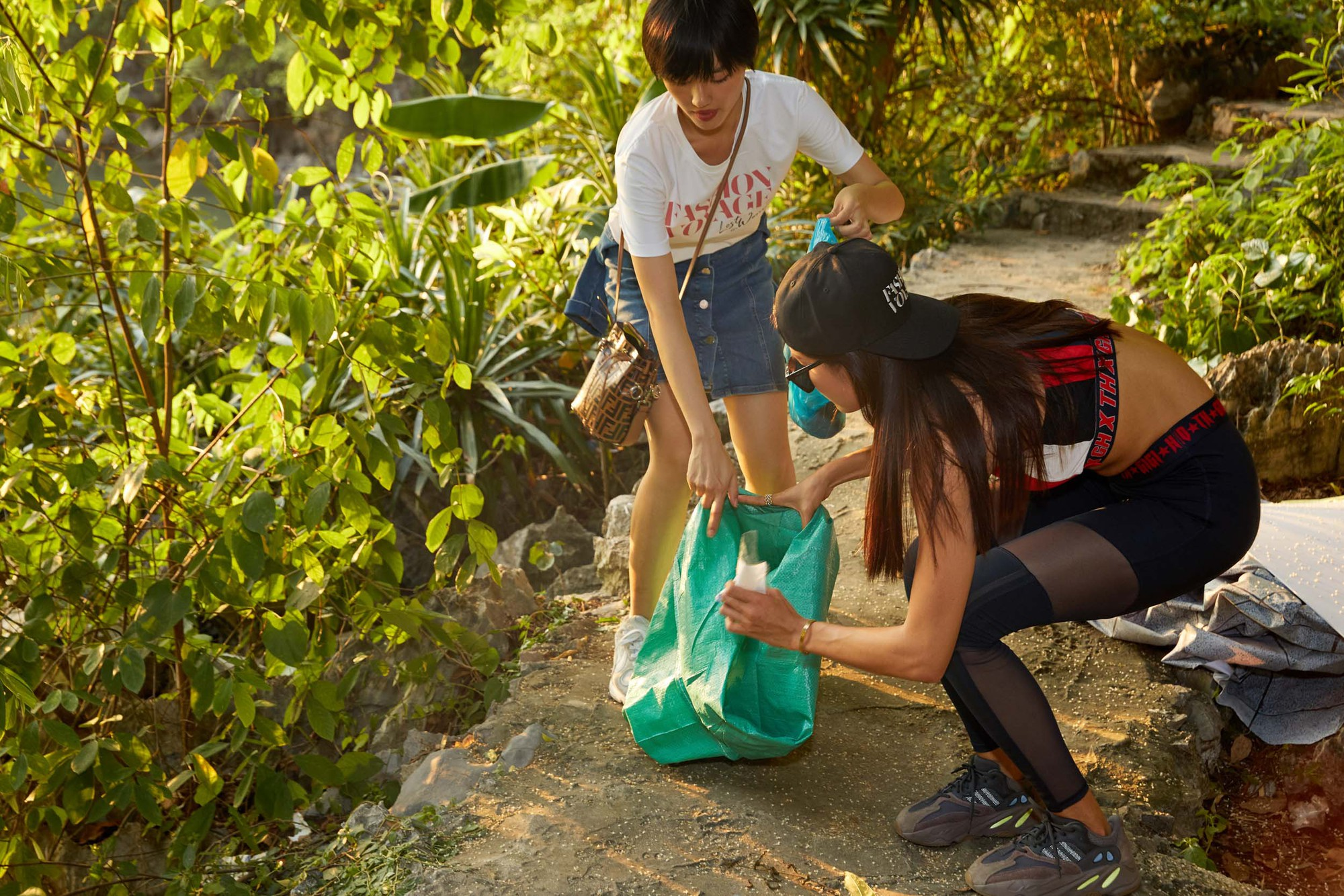 Minh Tú, Hoàng Thùy và dàn mỹ nhân Vbiz chung tay thu gom rác trên đảo hoang ở Vịnh Hạ Long - Ảnh 3.