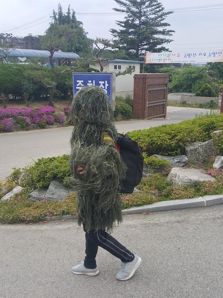 Đỉnh cao sáng tạo của nam sinh nghiện PUBG: Mua hẳn bộ giáp bằng cỏ để mặc chống nắng nóng! - Ảnh 1.