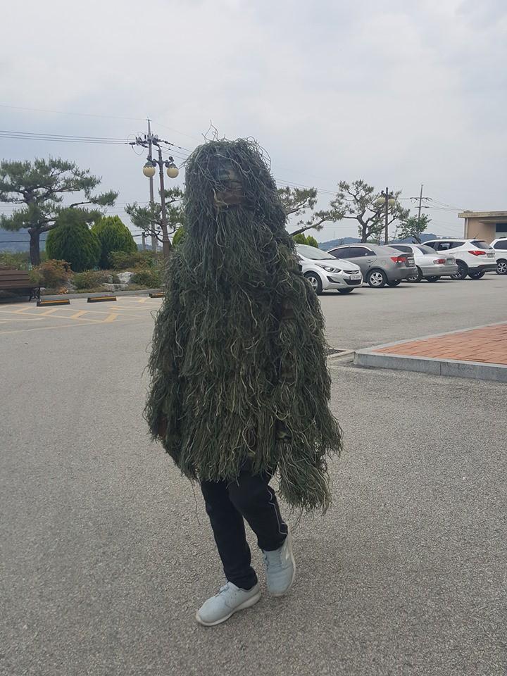Đỉnh cao sáng tạo của nam sinh nghiện PUBG: Mua hẳn bộ giáp bằng cỏ để mặc chống nắng nóng! - Ảnh 2.