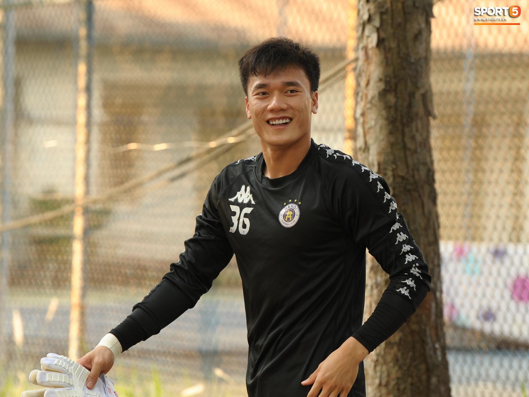 Thủ môn Bùi Tiến Dũng lần đầu tiên bắt chính cho Hà Nội FC, đối đầu với em trai và bạn thân Hà Đức Chinh - Ảnh 1.