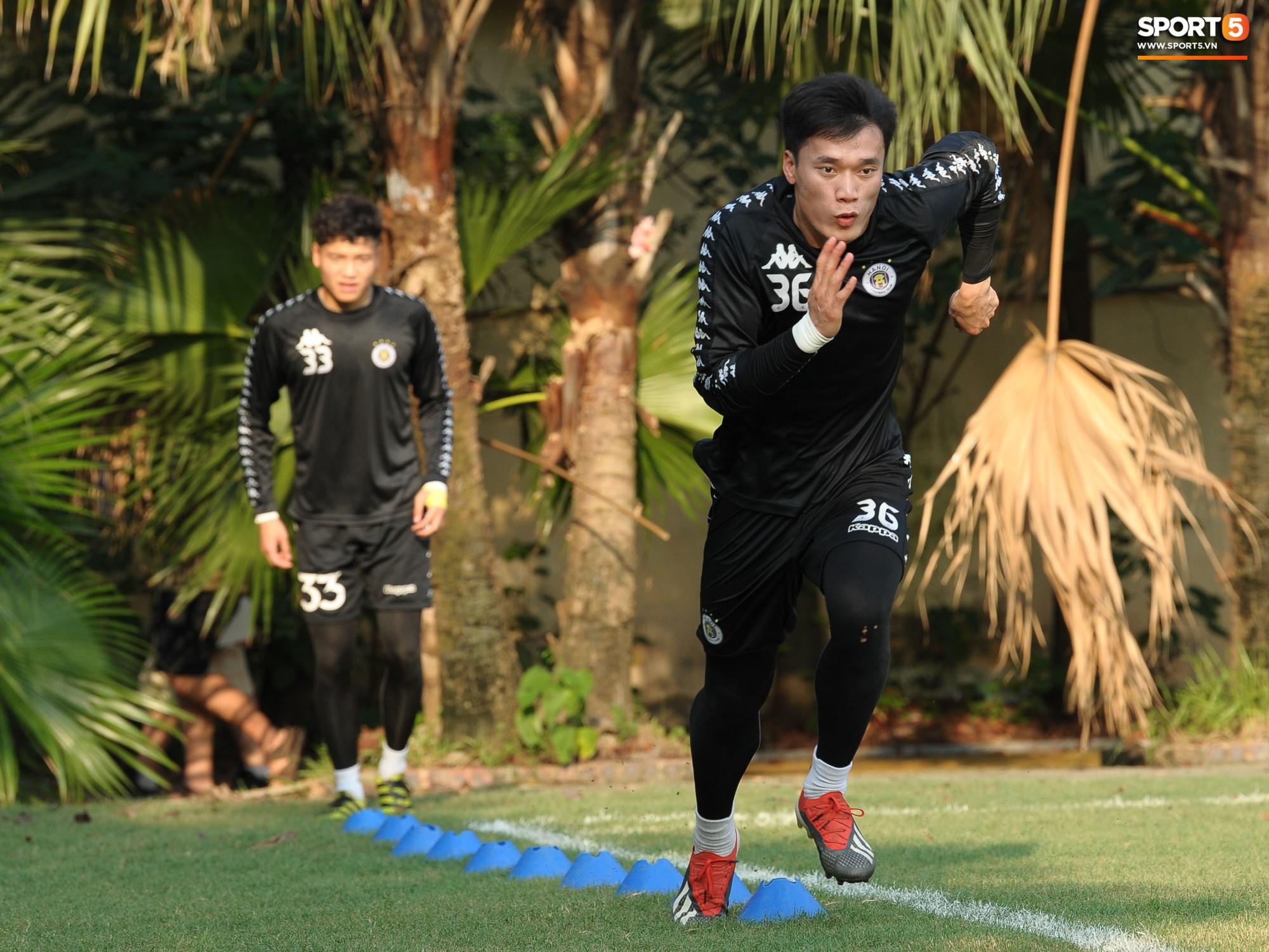 Thủ môn Bùi Tiến Dũng lần đầu tiên bắt chính cho Hà Nội FC, đối đầu với em trai và bạn thân Hà Đức Chinh - Ảnh 2.