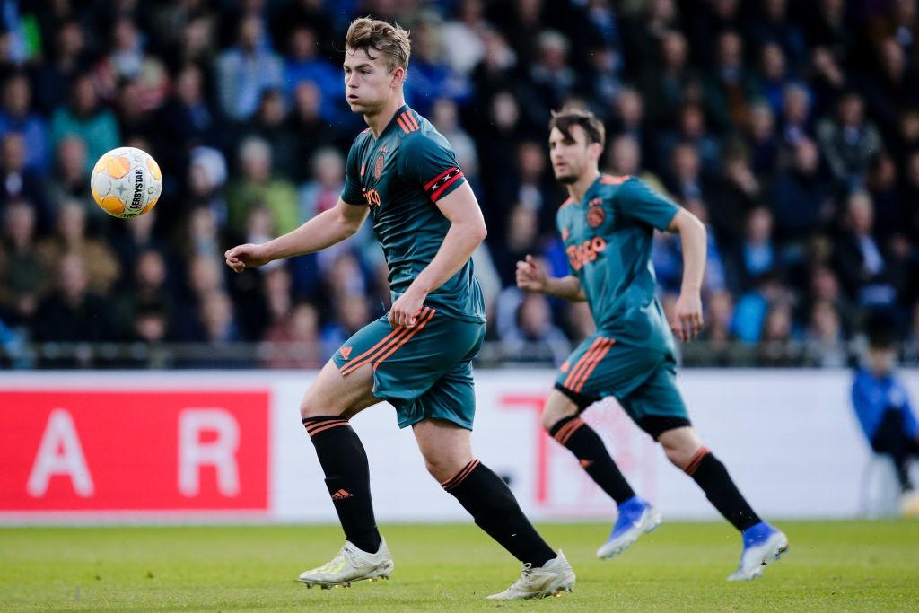 Đội trưởng 19 tuổi đẹp trai như thiên thần của Ajax phải cắt quần thi đấu vì đùi quá to - Ảnh 1.