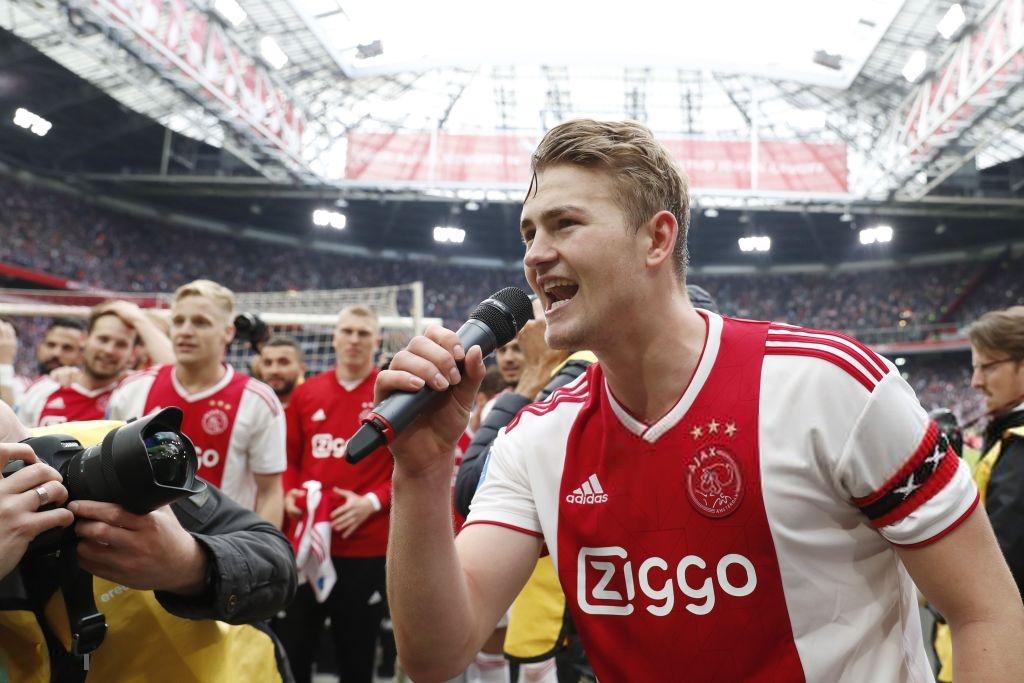 Đội trưởng 19 tuổi đẹp trai như thiên thần của Ajax phải cắt quần thi đấu vì đùi quá to - Ảnh 6.