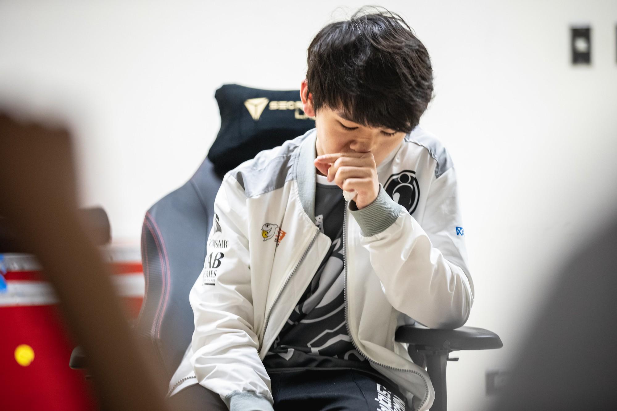 Chạnh lòng nhìn cảnh game thủ soái ca mắt đỏ hoe, khóc nức nở vì bị loại khỏi MSI 2019 - Ảnh 2.
