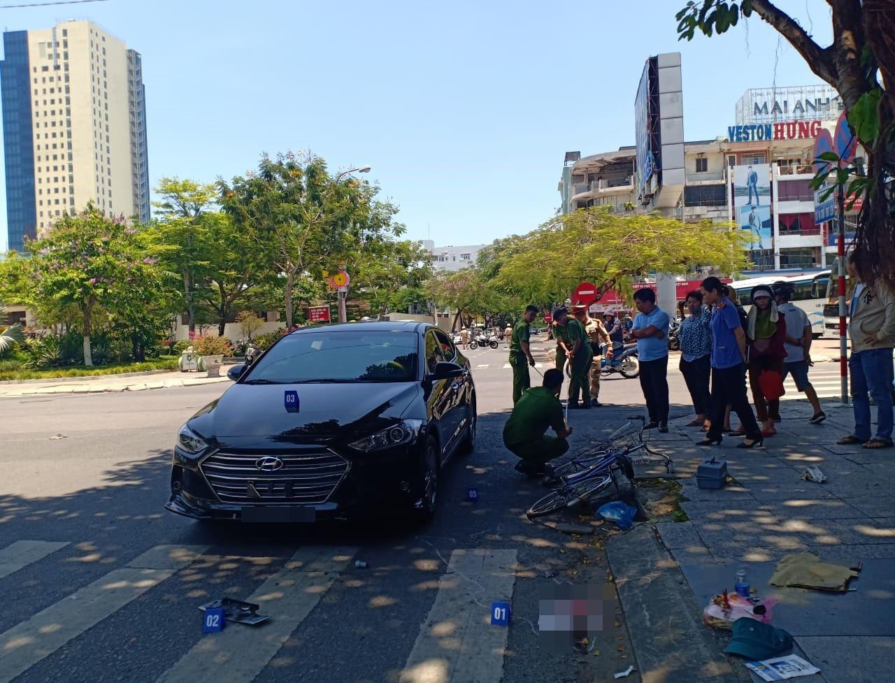 Xe đạp va chạm với ôtô, cụ ông ngã đập đầu xuống vỉa hè tử vong - Ảnh 3.