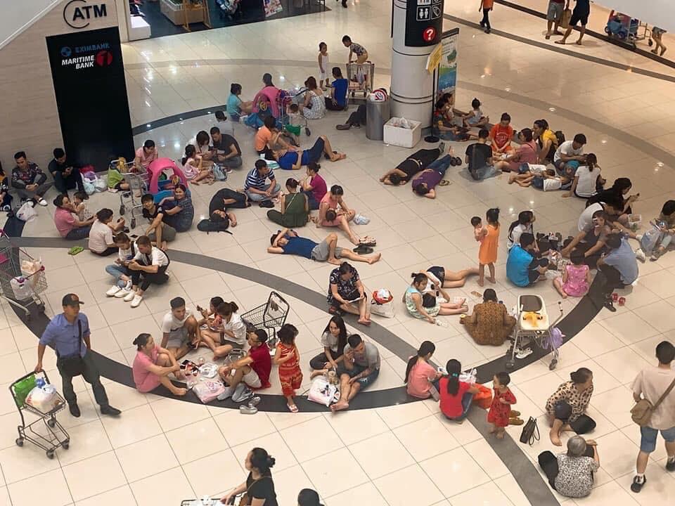Nhiều người Hà Nội vào nằm ngồi la liệt để tránh nóng, Aeon Mall lập tức bổ sung thêm bàn ghế để phục vụ khách hàng - Ảnh 1.