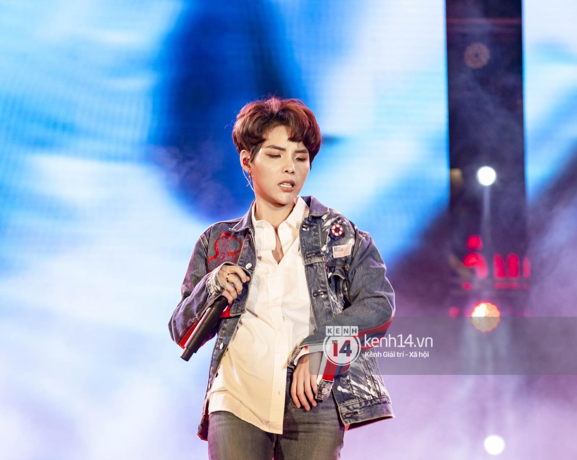 Sơn Tùng M-TP cởi phăng áo khoác, khoe cơ bắp in đầy tha thu khiến fan phát cuồng - Ảnh 7.