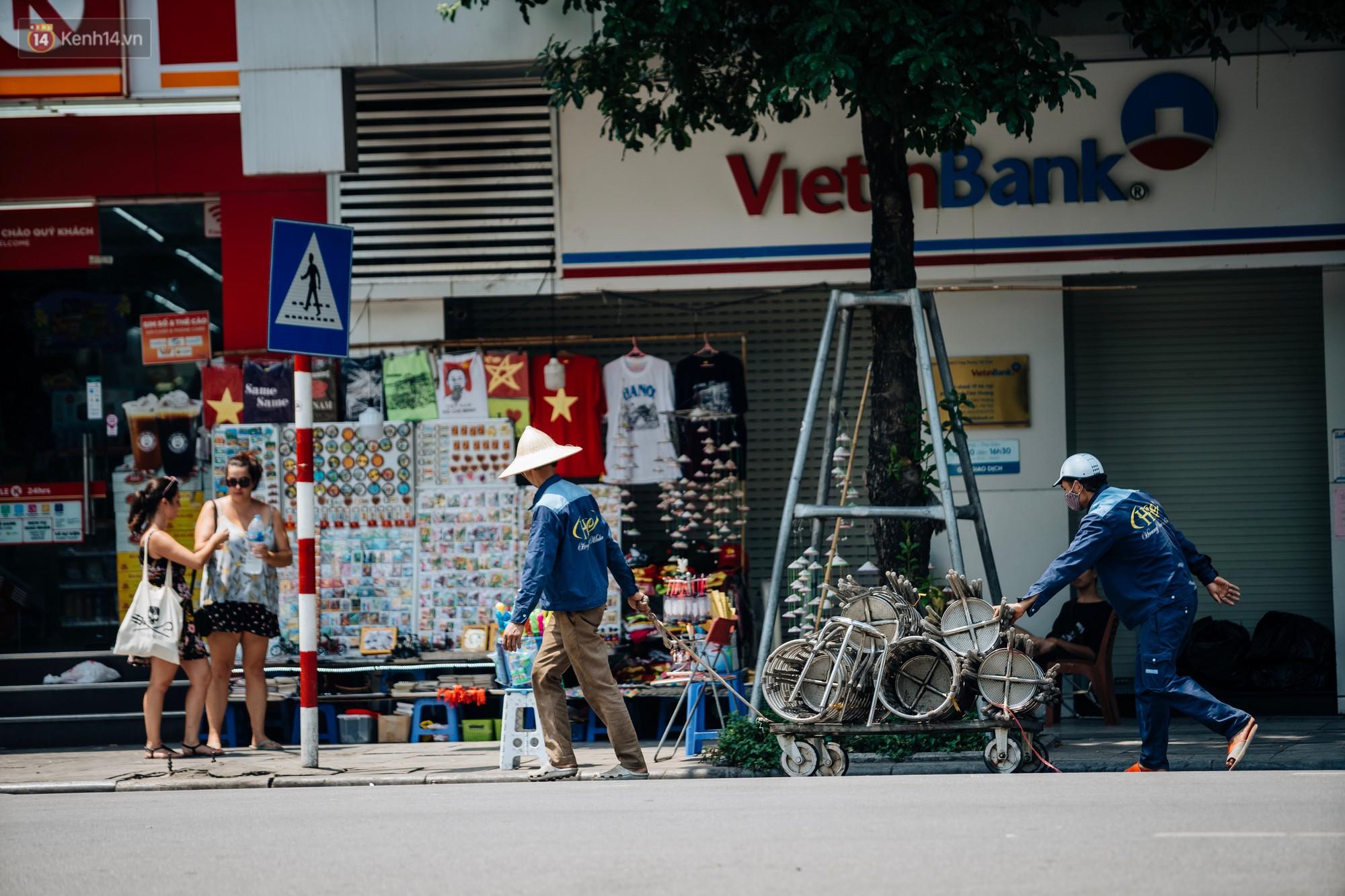 Người lao động ở Hà Nội vật vã chống chọi với nắng nóng trên 40 độ C, chỉ mong trời dịu mát phần nào - Ảnh 1.