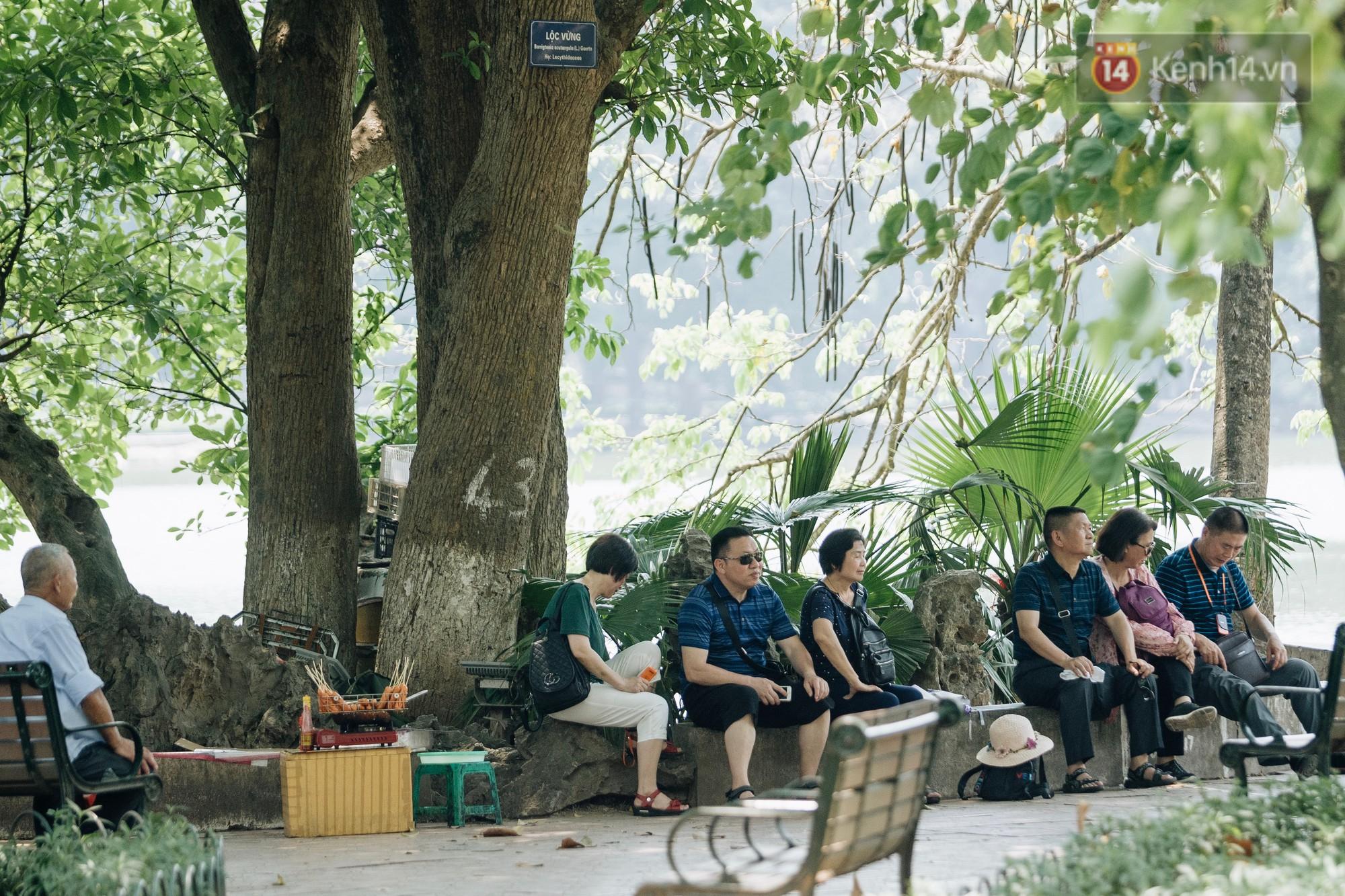 """Ảnh: Hà Nội nắng nóng """"cháy da cháy thịt"""", nhiều người không khỏi mệt mỏi tìm bóng cây nghỉ ngơi - Ảnh 16."""