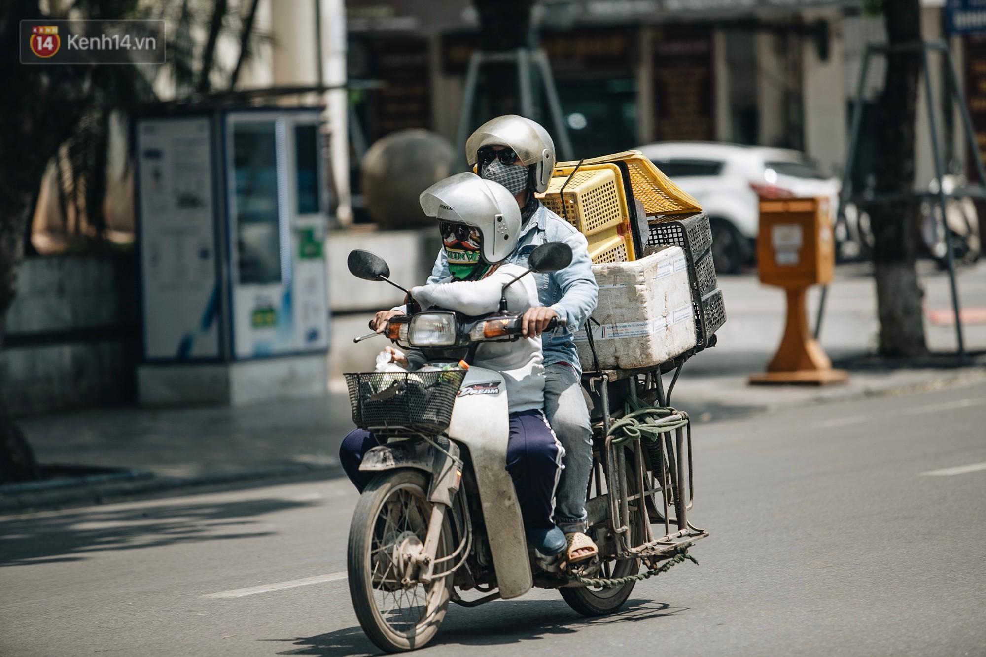 Người lao động ở Hà Nội vật vã chống chọi với nắng nóng trên 40 độ C, chỉ mong trời dịu mát phần nào - Ảnh 11.