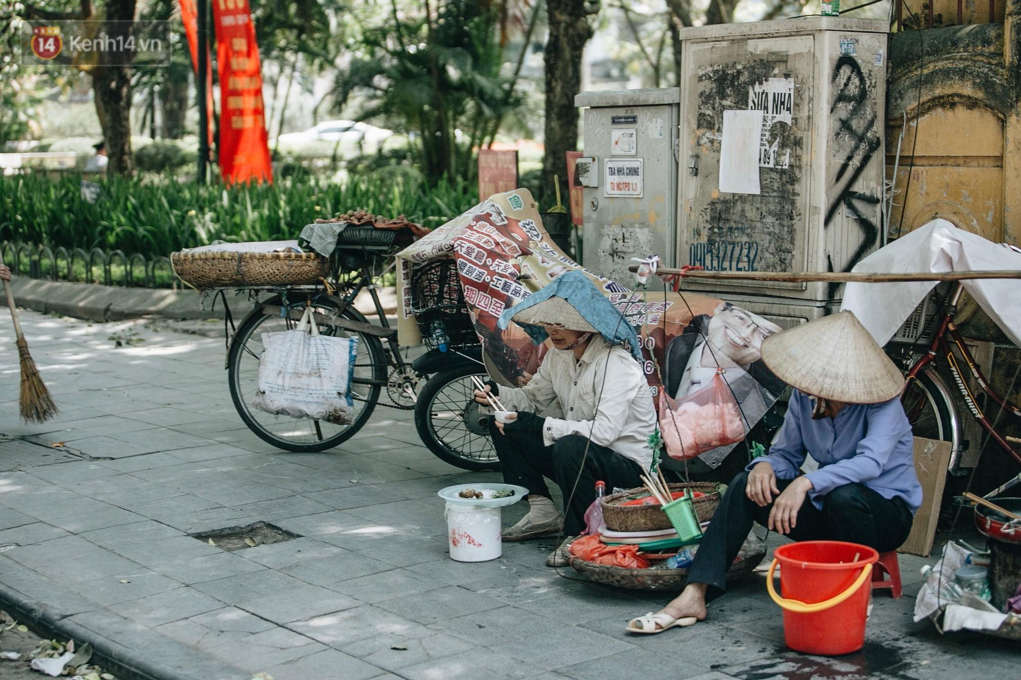Người lao động ở Hà Nội vật vã chống chọi với nắng nóng trên 40 độ C, chỉ mong trời dịu mát phần nào - Ảnh 12.