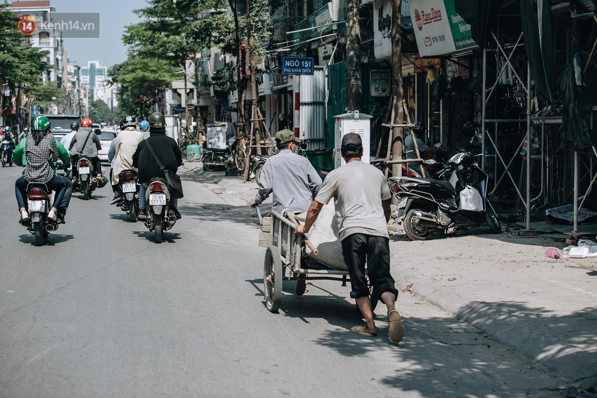 Người lao động ở Hà Nội vật vã chống chọi với nắng nóng trên 40 độ C, chỉ mong trời dịu mát phần nào - Ảnh 7.
