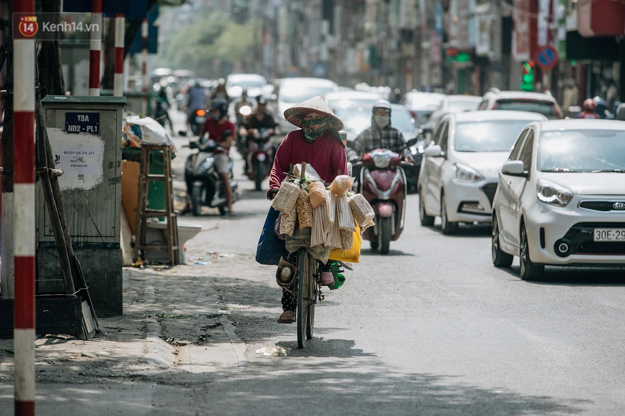 Người lao động ở Hà Nội vật vã chống chọi với nắng nóng trên 40 độ C, chỉ mong trời dịu mát phần nào - Ảnh 3.
