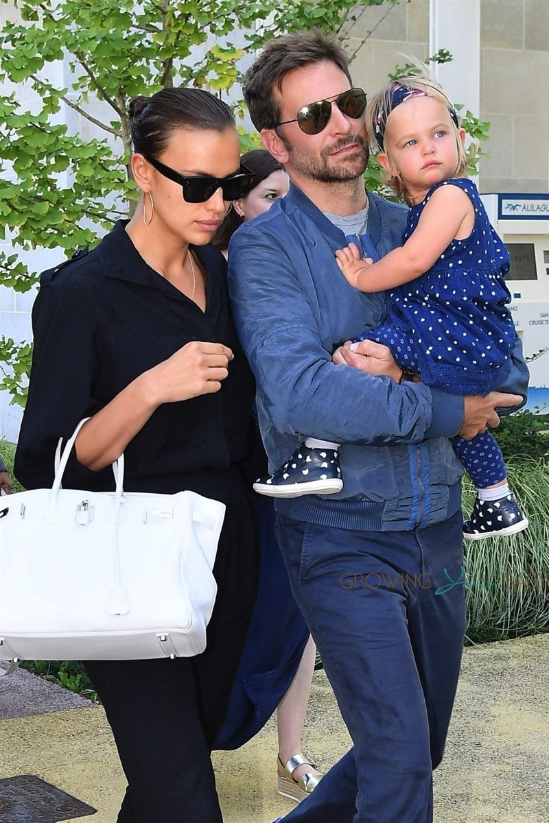 bradley-cooper-and-irina-shayk-arrive-with-their-daughter-lea-in-venice-15582554372651747100567.jpg