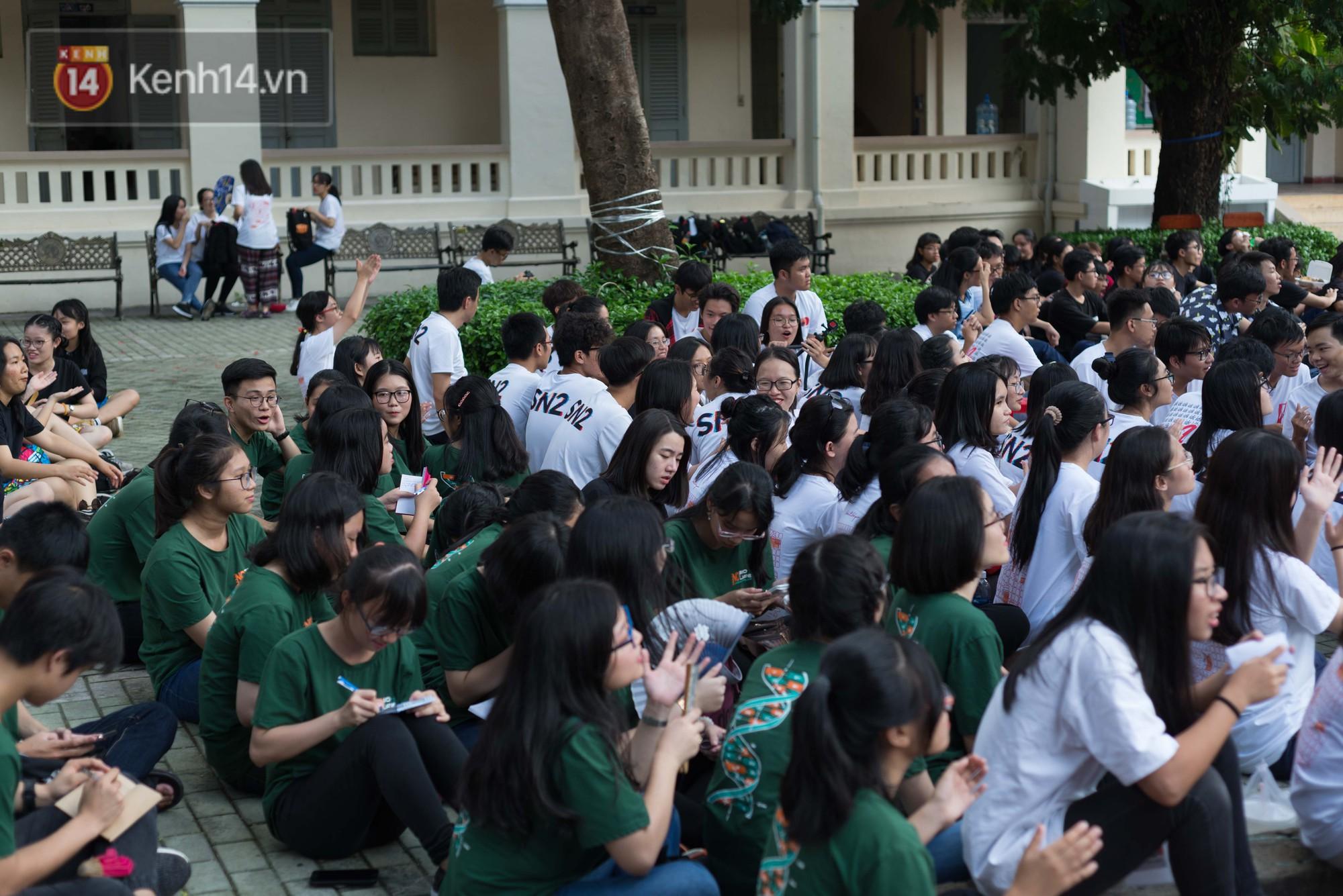Đêm ra trường chuyên Lê Hồng Phong: Còn hơn những giọt nước mắt chính là cùng cười, cùng vui bên nhau đêm cuối - Ảnh 3.