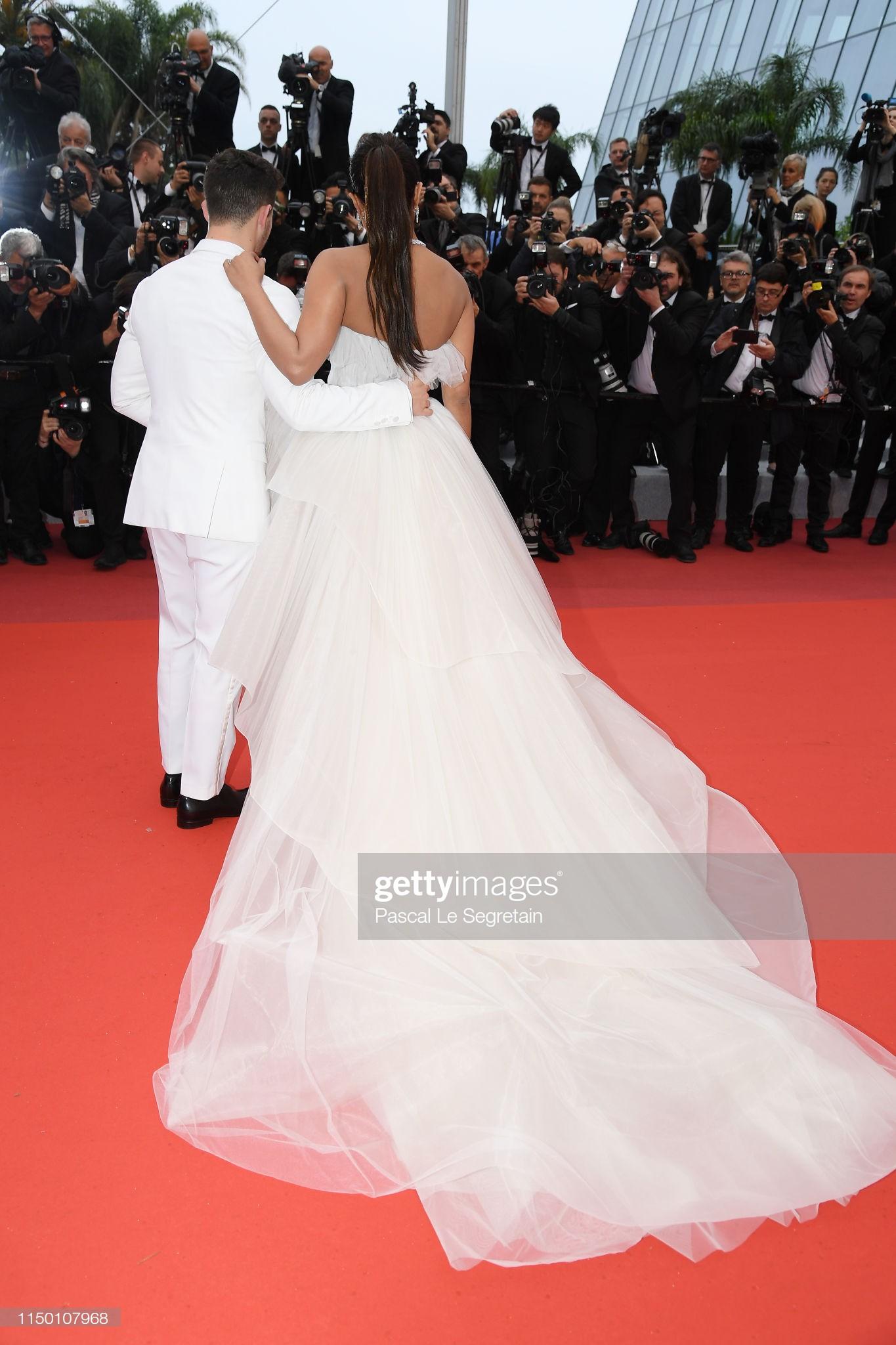 Thảm đỏ Cannes nhường spotlight cho Nick Jonas cung phụng Hoa hậu, Sui He gây sốc như không mặc gì - Ảnh 2.