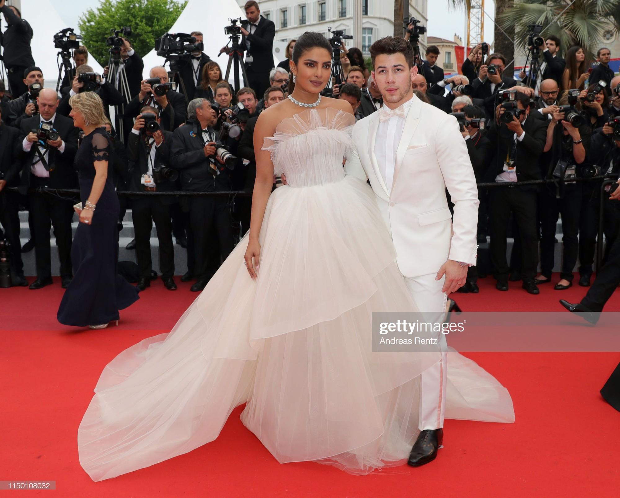 Thảm đỏ Cannes nhường spotlight cho Nick Jonas cung phụng Hoa hậu, Sui He gây sốc như không mặc gì - Ảnh 4.