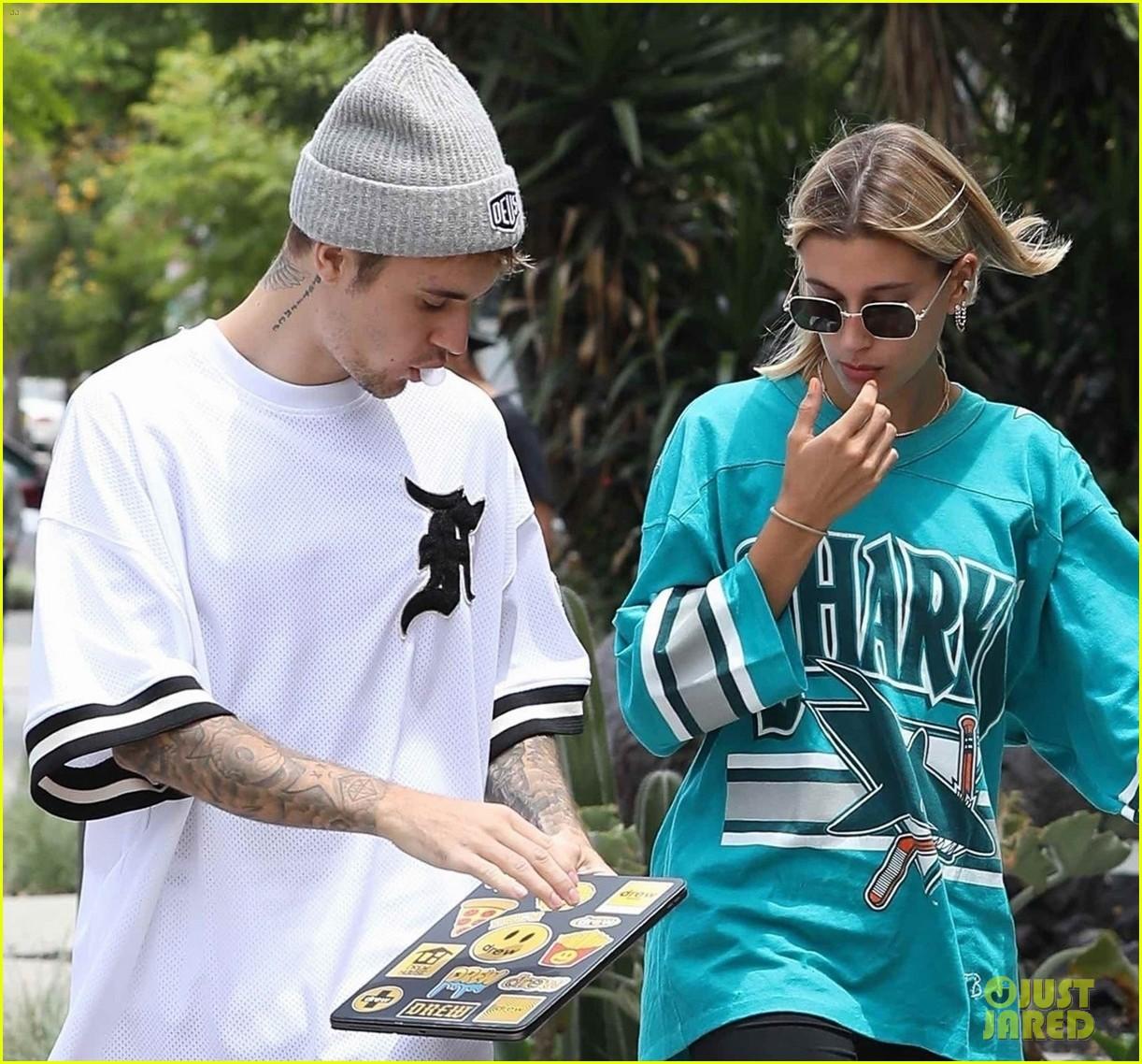 Giữa tâm bão tin đồn Selena kết hôn cùng tài tử 69 tuổi, Justin Bieber lại có biểu hiện này bên vợ - Ảnh 3.