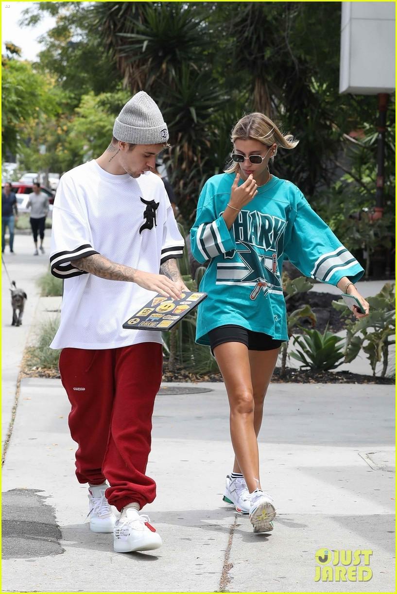 Giữa tâm bão tin đồn Selena kết hôn cùng tài tử 69 tuổi, Justin Bieber lại có biểu hiện này bên vợ - Ảnh 5.