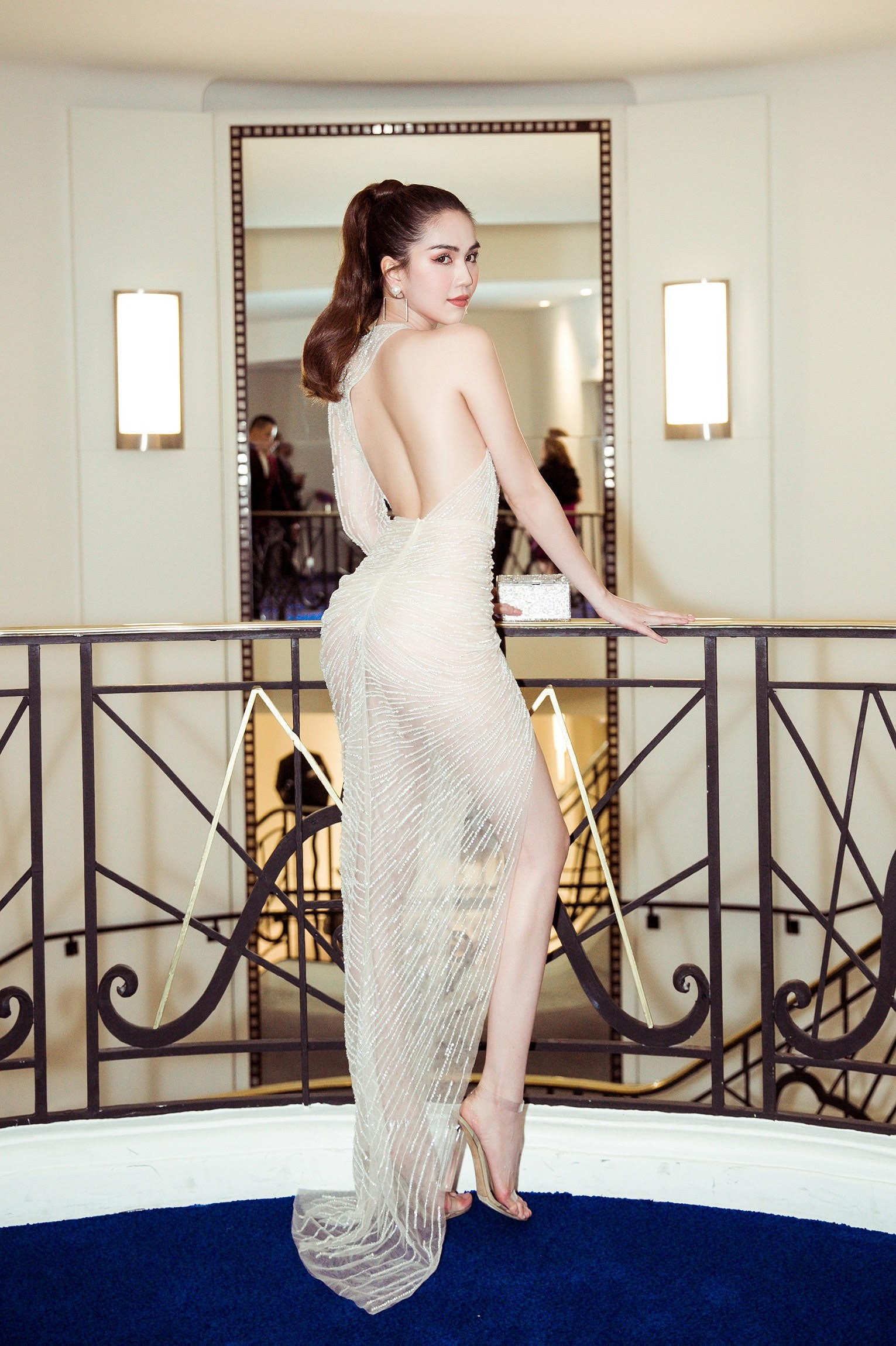Độc quyền: Ngọc Trinh gây sốc khi diện trang phục mặc như không chuẩn bị đi thảm đỏ LHP Cannes - Ảnh 3.
