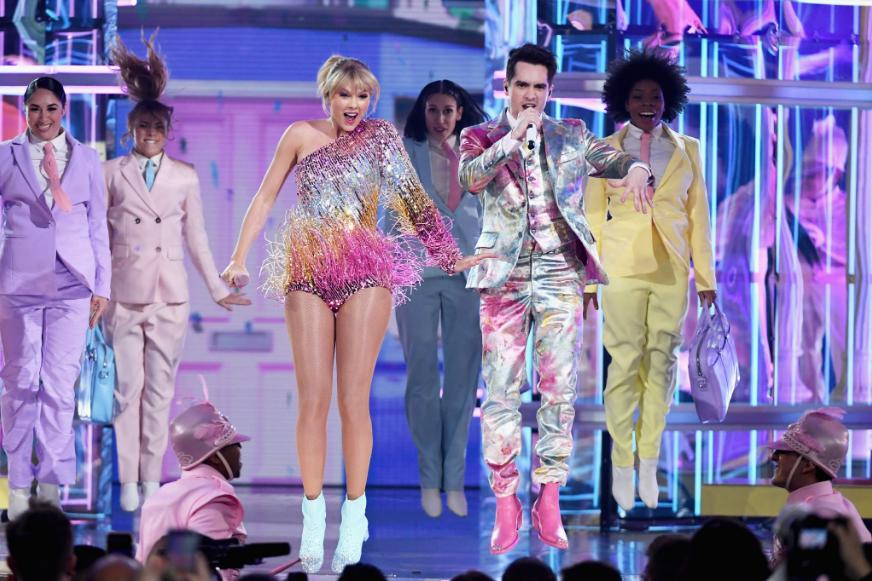 Đặt lên bàn cân sân khấu của Taylor Swift và Ariana Grande tại BBMAs 2019 xem có gì nào? - Ảnh 4.