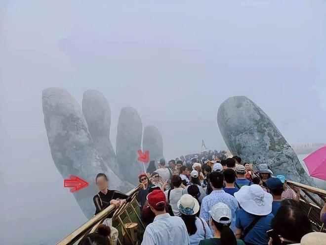 Góc chơi trội: Du khách chui hẳn ra ngoài lan can Cầu Vàng để chụp ảnh khiến nhiều người thót tim - Ảnh 1.