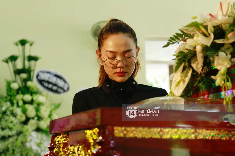 Dàn nghệ sĩ bất chấp mưa lớn tới thắp nhang cho nghệ sĩ Lê Bình trong buổi tối thứ hai tang lễ - Ảnh 14.