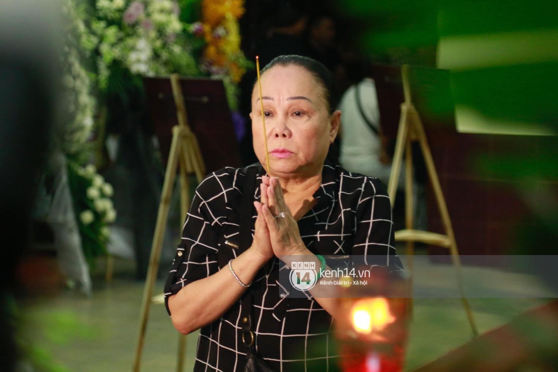 Dàn nghệ sĩ bất chấp mưa lớn tới thắp nhang cho nghệ sĩ Lê Bình trong buổi tối thứ hai tang lễ - Ảnh 5.