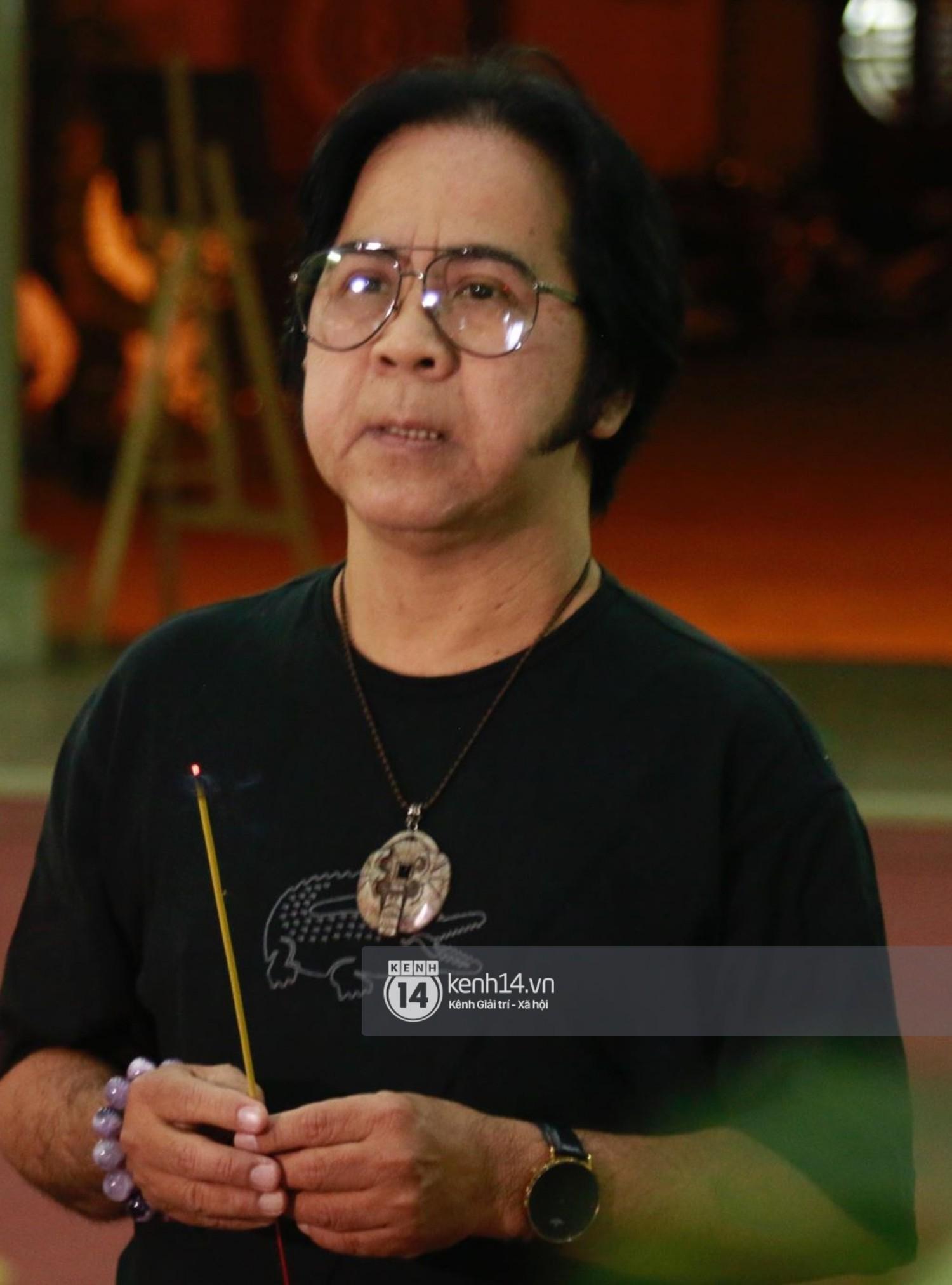 Dàn nghệ sĩ bất chấp mưa lớn tới thắp nhang cho nghệ sĩ Lê Bình trong buổi tối thứ hai tang lễ - Ảnh 9.