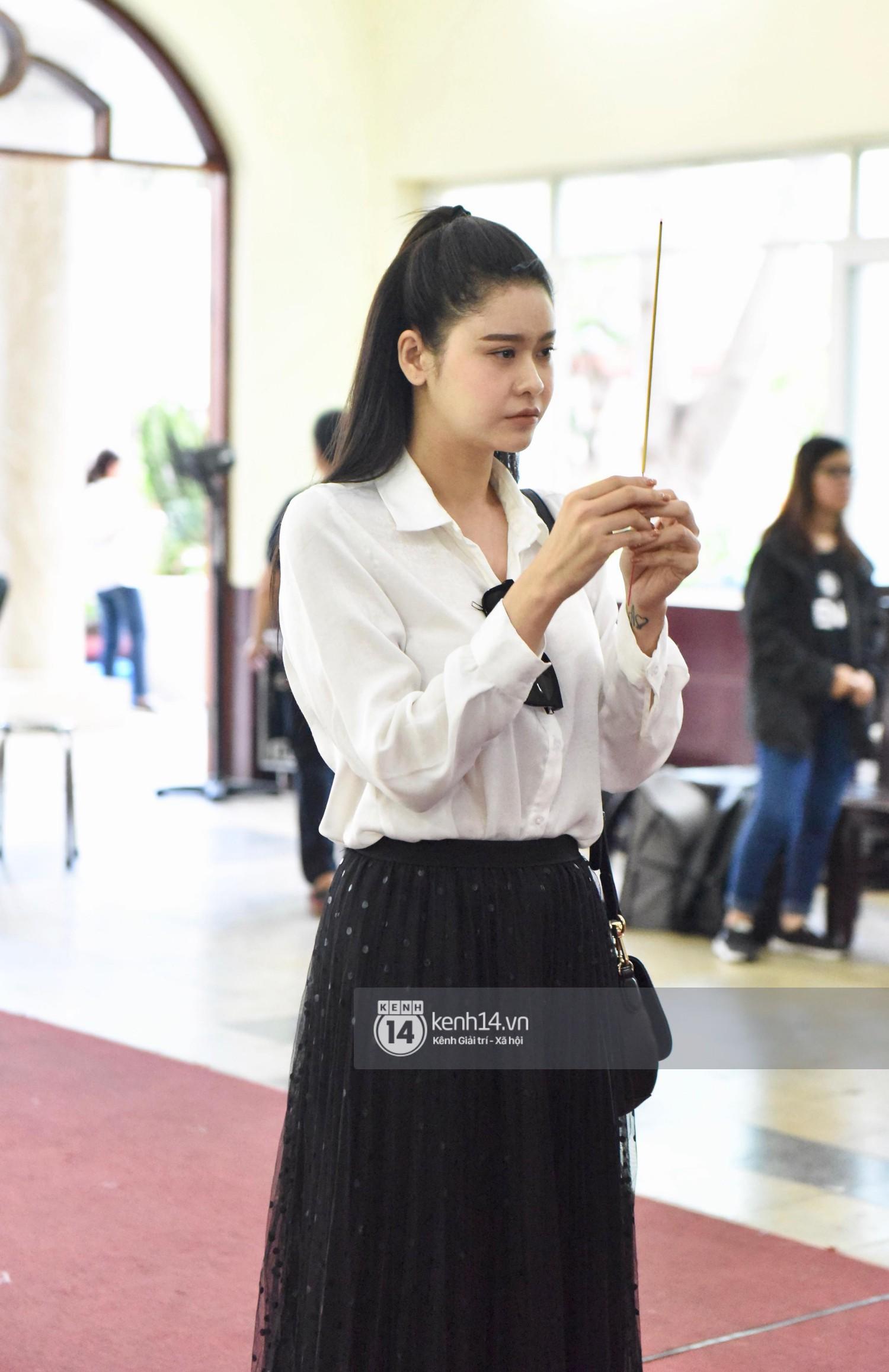 Dàn nghệ sĩ bất chấp mưa lớn tới thắp nhang cho nghệ sĩ Lê Bình trong buổi tối thứ hai tang lễ - Ảnh 21.