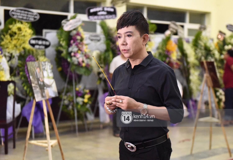 Dàn nghệ sĩ bất chấp mưa lớn tới thắp nhang cho nghệ sĩ Lê Bình trong buổi tối thứ hai tang lễ - Ảnh 7.