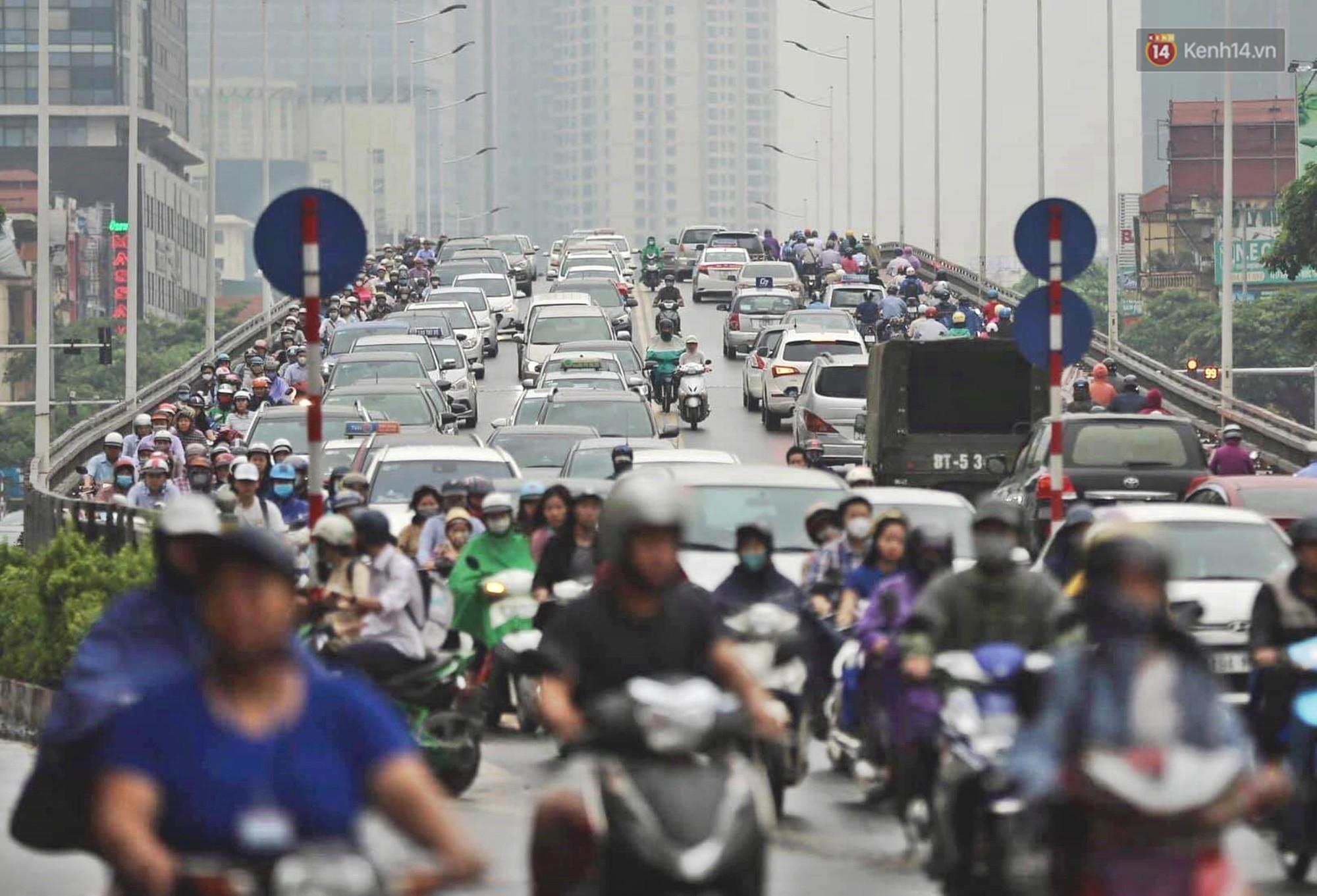 Ảnh: Đường phố Hà Nội tắc nghẽn kinh hoàng trong ngày làm việc đầu tiên sau kỳ nghỉ lễ 30/4 - 1/5 - Ảnh 4.