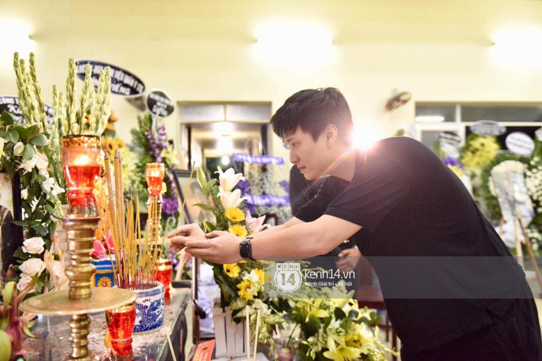 Dàn nghệ sĩ bất chấp mưa lớn tới thắp nhang cho nghệ sĩ Lê Bình trong buổi tối thứ hai tang lễ - Ảnh 6.
