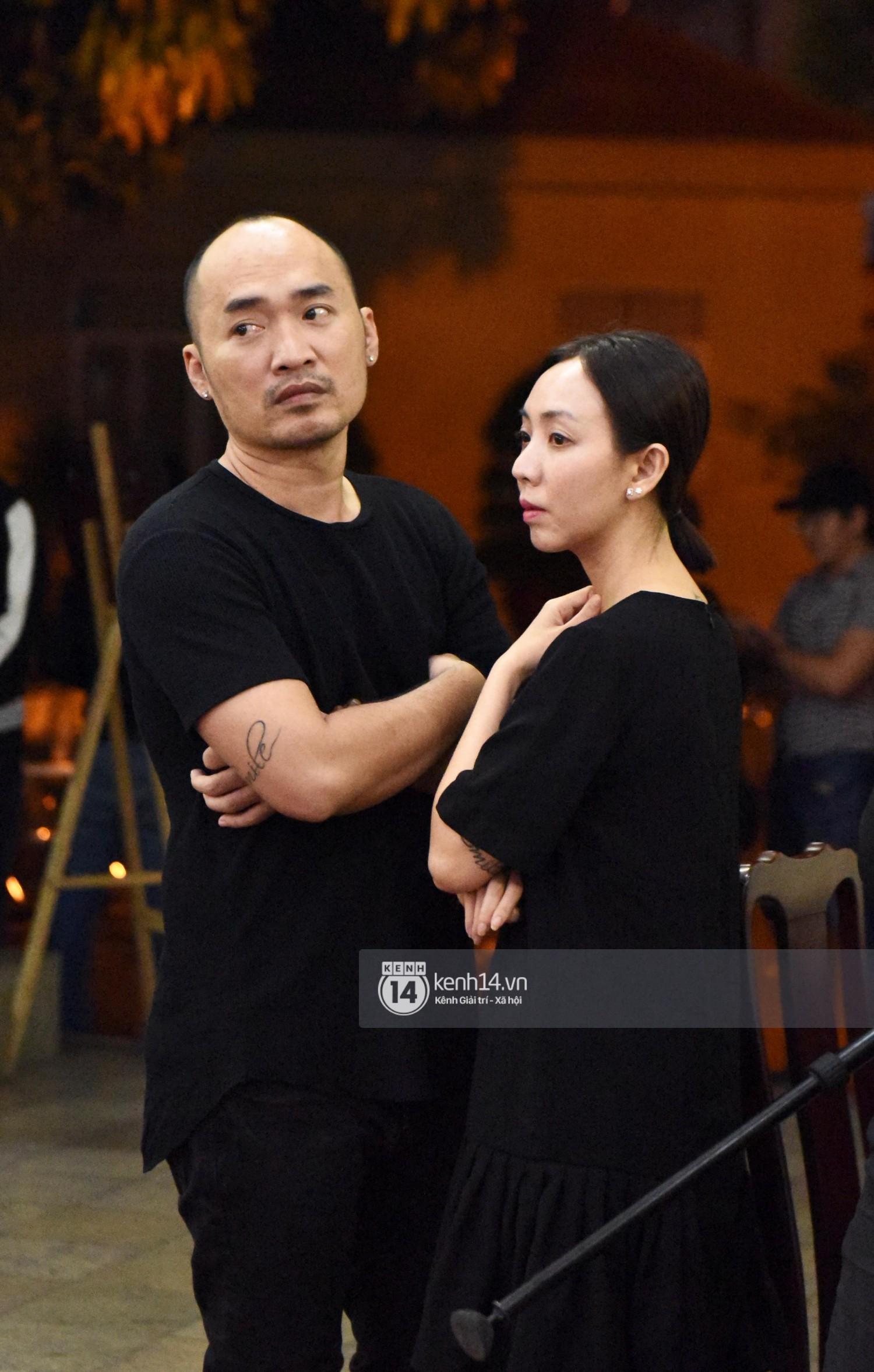 Dàn nghệ sĩ bất chấp mưa lớn tới thắp nhang cho nghệ sĩ Lê Bình trong buổi tối thứ hai tang lễ - Ảnh 3.